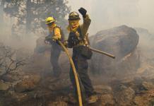 Vientos más suaves ayudan a combatir incendios en California