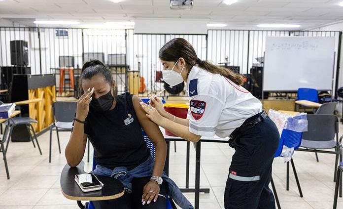 Israel registra récord diario de contagios mientras acelera la tercera dosis