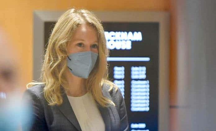 Empieza en EEUU el juicio por fraude contra la polémica empresaria Elizabeth Holmes