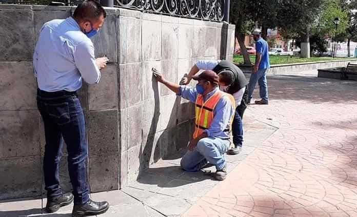 Limpian kiosco del parque V. Guerrero