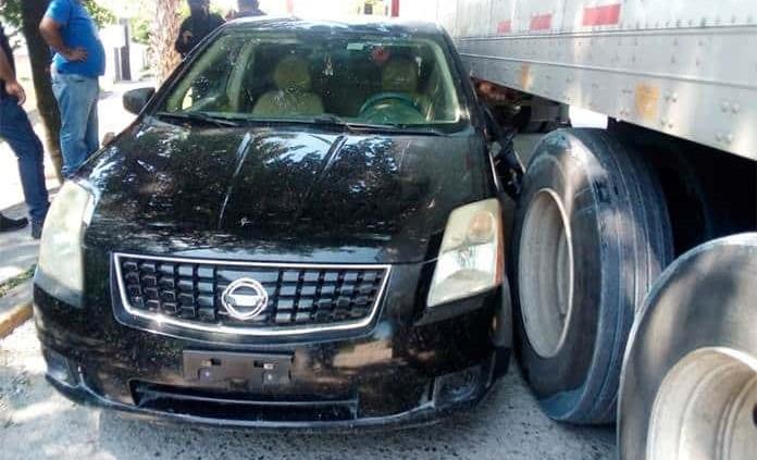 Trailero se lleva un vehículo al dar vuelta sin precaución