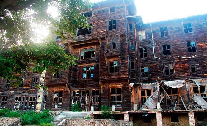Estambul intenta salvar el mayor edificio de madera de Europa