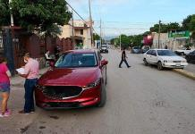Conductora choca y proyecta automóvil contra un camellón