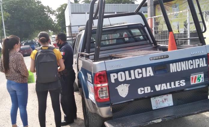 Roban vehículo a joven que acudió a vacunarse contra covid en Valles