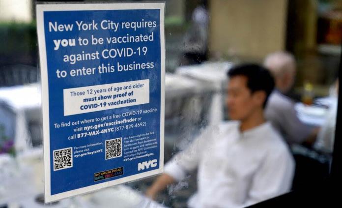 Juez bloquea orden de NY para que médicos se vacunen
