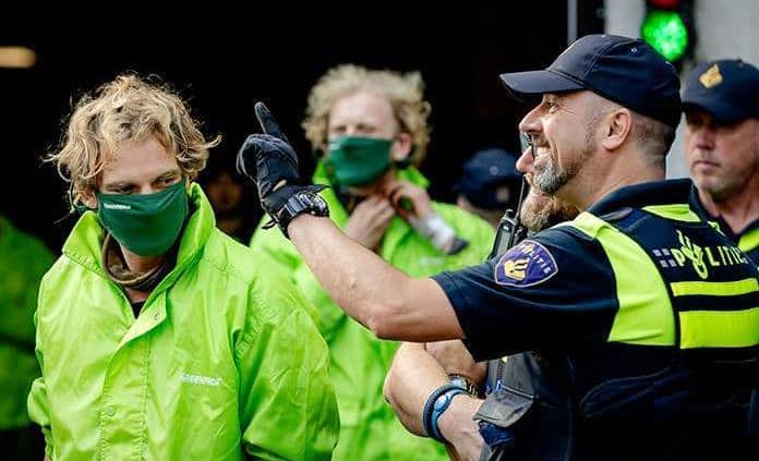 Detienen a una treintena de activistas de Greenpeace en protesta en La Haya