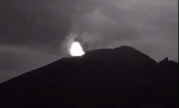 Captan en video explosión y columna de ceniza del volcán Popocatépetl