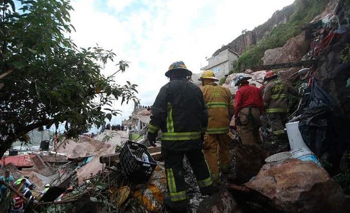 Continúan con rescate tras hallar menor muerta en derrumbe del Chiquihuite