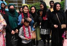 La selección de futbol femenino juvenil afgana escapa a Pakistán