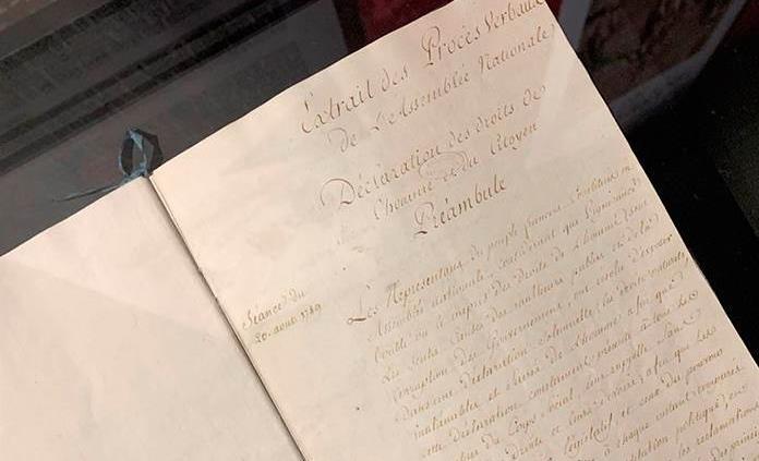 París exhibe la Declaración de los Derechos del Hombre y del Ciudadano