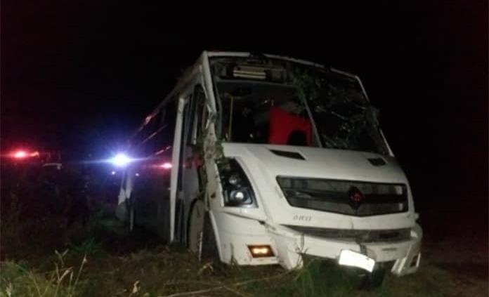 Se accidenta autobús usado para el traslado de personal de empacadora en Tamuín