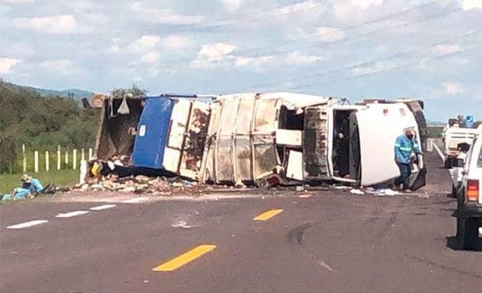 Vuelca unidad de servicio de limpia en la supercarretera; tres personas lesionadas