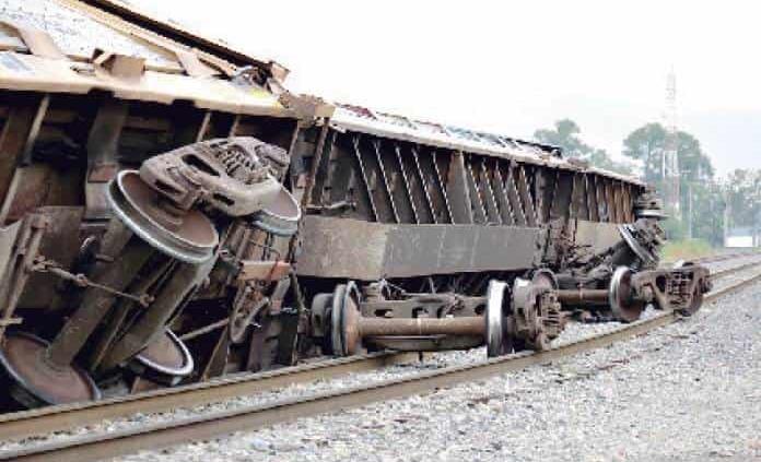 Tren se descarrila en calle de Arenal
