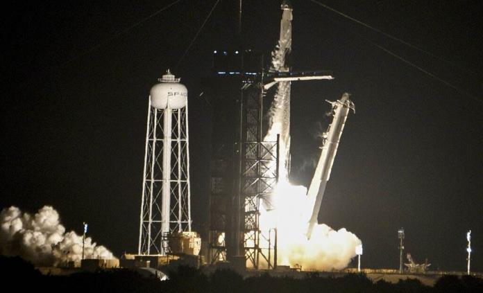 Cápsula de SpaceX despega en EEUU con la primera misión de civiles al espacio