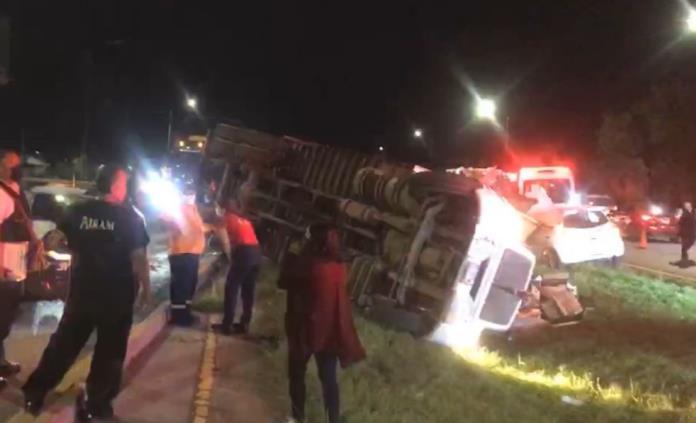 Vuelca tráiler con materiales peligrosos en la carretera 57