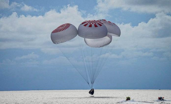 Cuatro turistas espaciales terminan su viaje a la órbita con acuatizaje