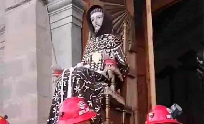 Bajan a San Francisco del altar mayor