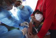 Camboya vacuna a niños a partir de los seis años de edad