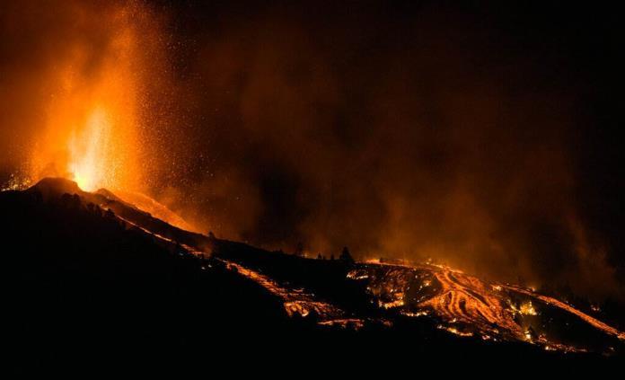 La Palma se prepara para explosiones y gases nocivos al llegar la lava al mar