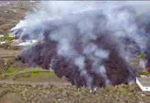 Una colada de lava se come casas y cultivos en la isla de La Palma