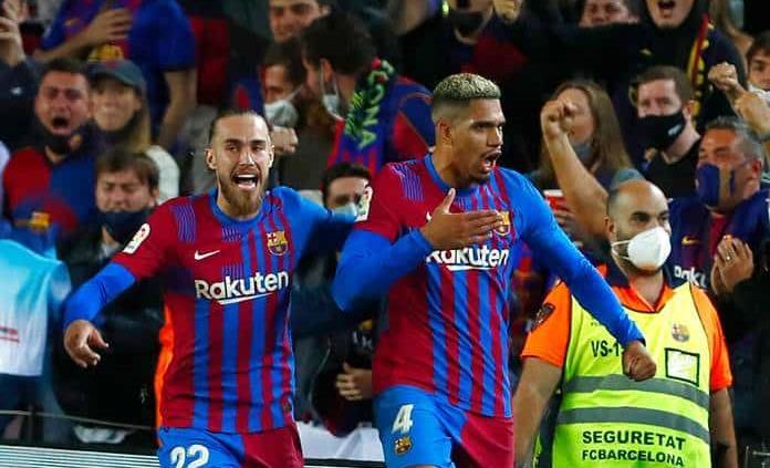 Araujo evita papelón del Barça en el 90