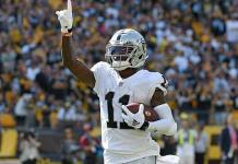 Carr lidera a Raiders en el triunfo ante los Steelers