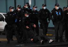 Policía australiana dispersa una protesta violenta de trabajadores antivacuna