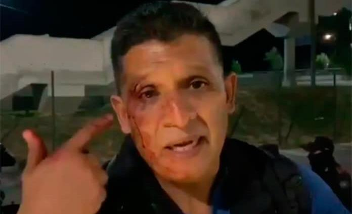 Afición de Tigres golpea a reportero de TV Azteca