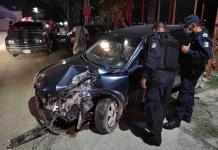 Conductor choca su vehículo contra un poste y sufre lesiones de gravedad