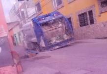 Cae camión recolector en un socavón