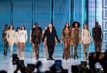 Rousteing celebra 10 años en Balmain con Naomi Campbell, Milla Jovovich y Carla Bruni en pasarela