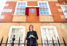 Honran a la princesa Diana con una placa en su departamento londinense