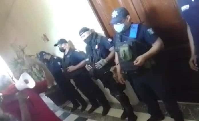 Policías resguardan la sesión de Cabildo