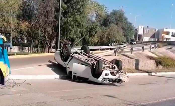 Aparatosa volcadura de camioneta en río Santiago