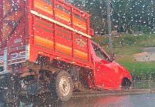 Camioneta cae a desnivel, en el Río Santiago