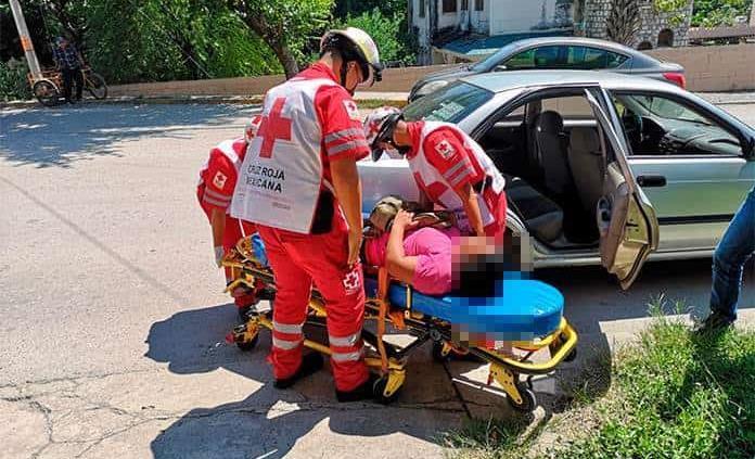 Mujer cae de moto y resulta lesionada