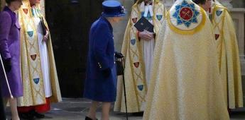 La reina Isabel II aparece usando un bastón por primera vez en un evento público