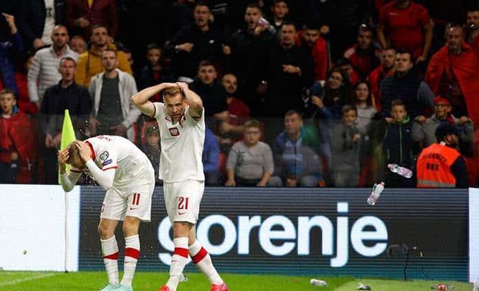 Interrumpen durante 10 minutos el Albania-Polonia por el lanzamiento de objetos
