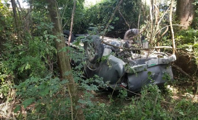 Vuelca camioneta en la Valles-Tamazunchale; dos hombres salen heridos