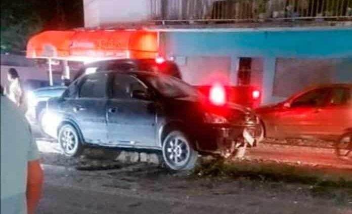 Por contestar una llamada, conductor sufre accidente