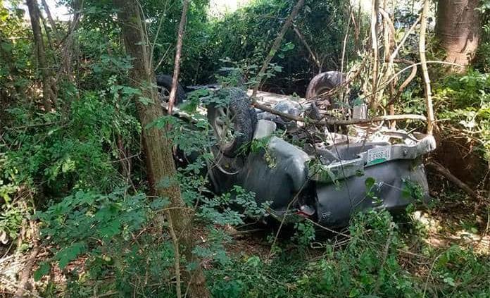 Vuelca camioneta; dos tripulantes salen heridos