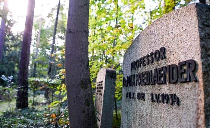 Presentan denuncia por el entierro de un neonazi en la tumba de un judío en Alemania