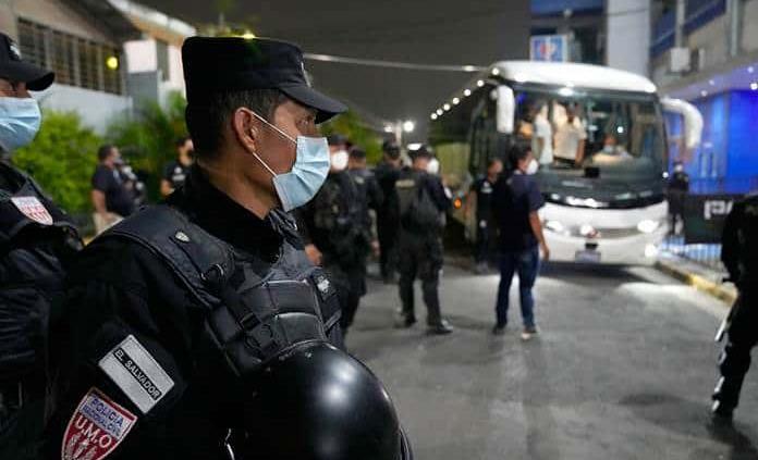 Afición salvadoreña hace un caos total en la serenata al Tri