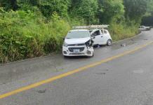 Conductor invade carril y choca contra dos vehículos en la carretera libre Valles-Rioverde