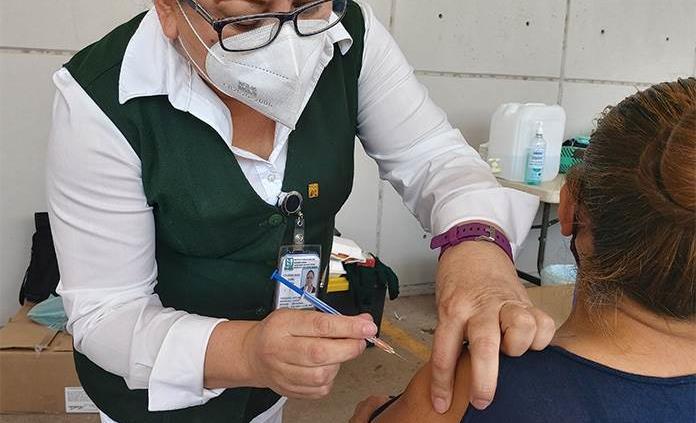 Bajan contagios y muertes por Covid; sigue vacunación en interior del estado