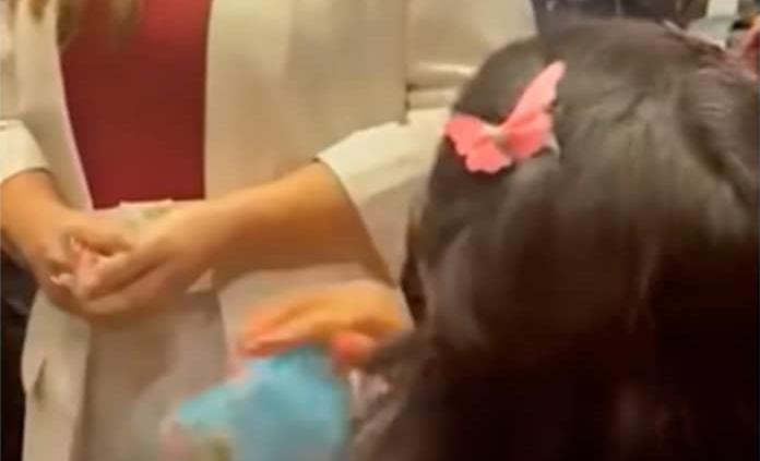 Madre de joven con cáncer se arrodilla ante diputados de Morena