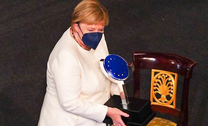 Solo una Europa unida es una Europa fuerte, recuerda Merkel al recibir el Premio Carlos V