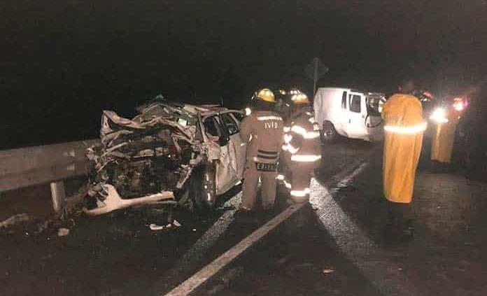 Choque de autos deja al menos ocho muertos