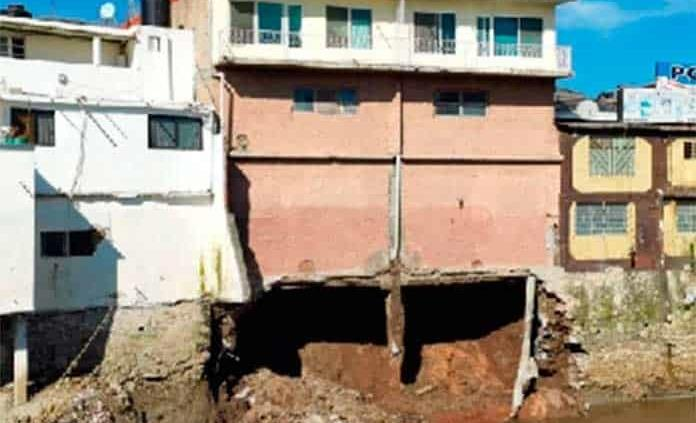 Desalojan viviendas en Tula por deslave de río